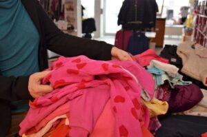 Kleider sortieren in Annas Treff